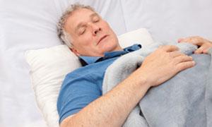 睡眠をとる男性